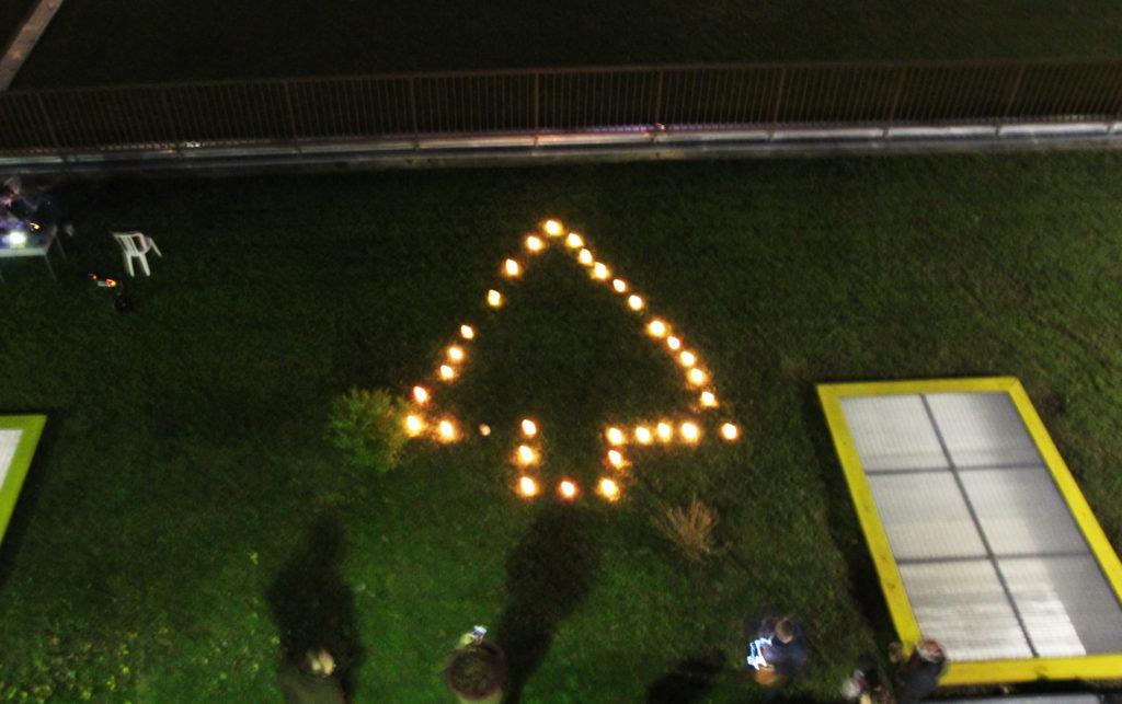 Luci accese in via Silva a Monza: anziani, adulti e bambini accendono il Natale!
